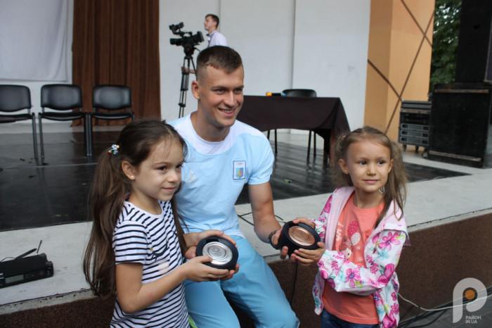 Михайло Романчук із маленькими шанувальницями