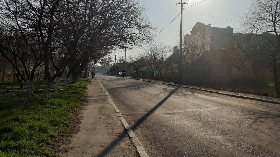 вулиця Павлюченка в ранкових променях сонця