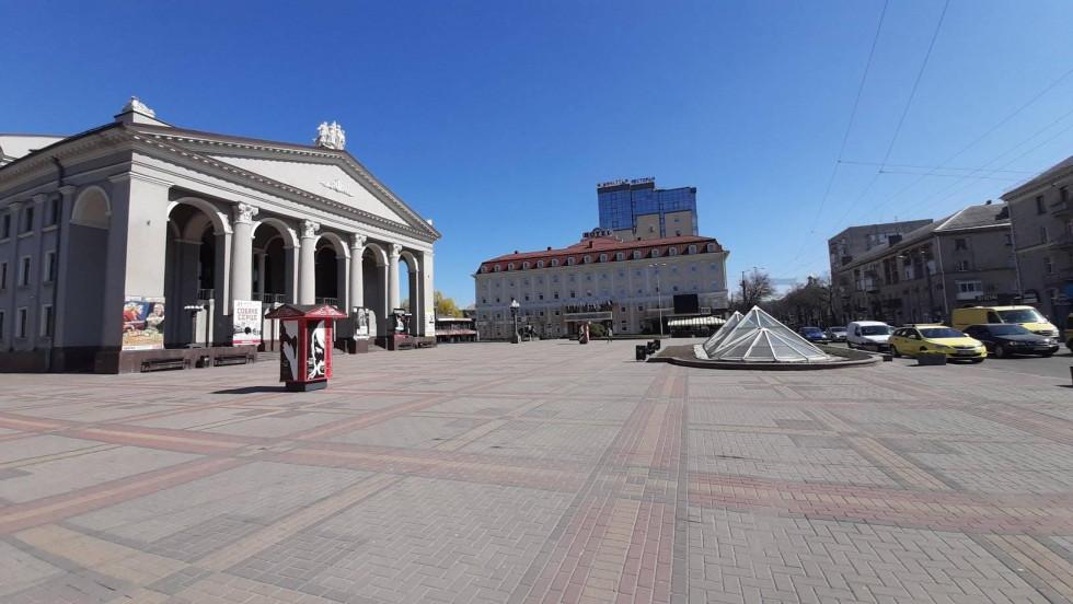 Драмтеатр споглядає на пусті обпечені сонцемлавки