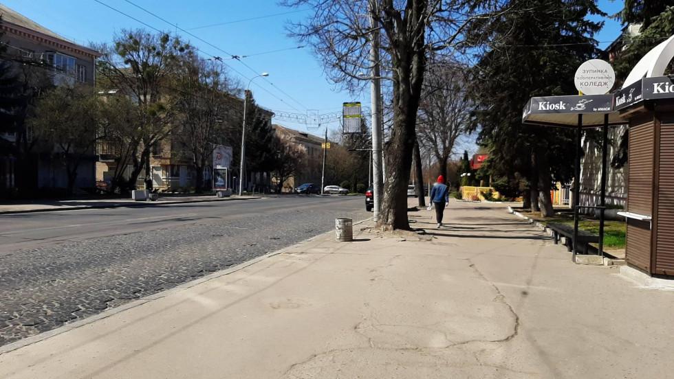 На вулицях поодинокі пішоходи