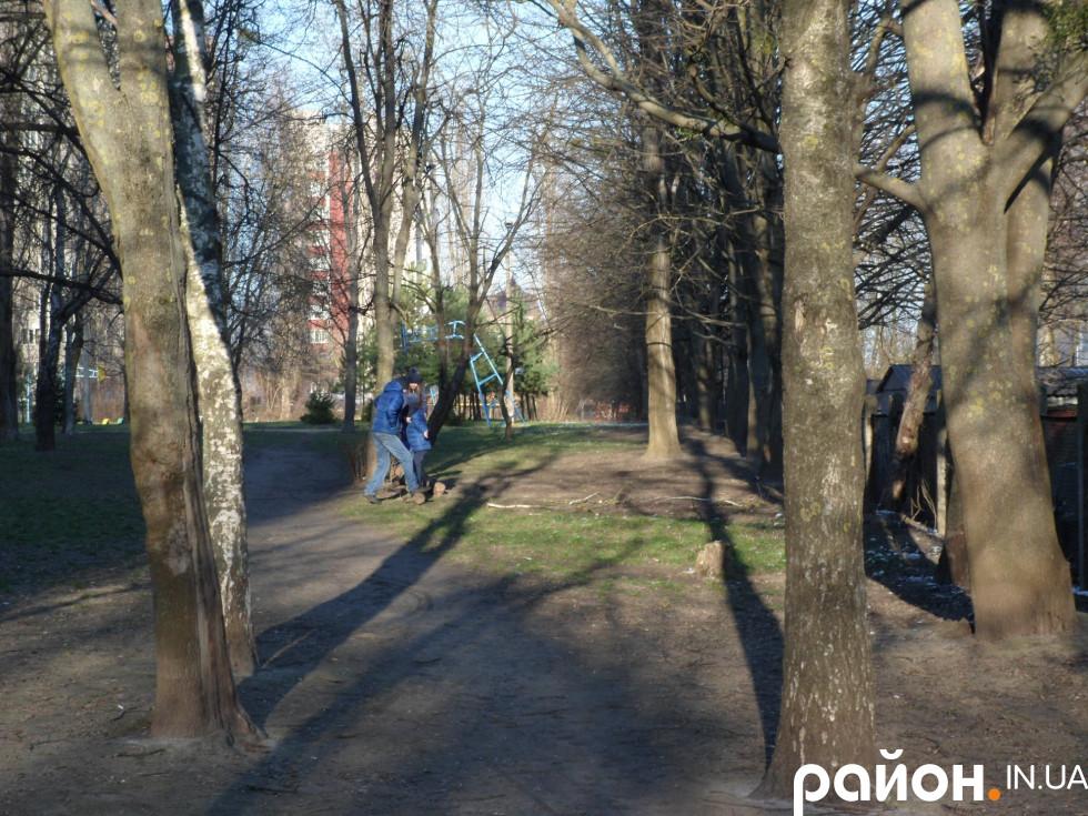 Діти гуляють шкільним парком