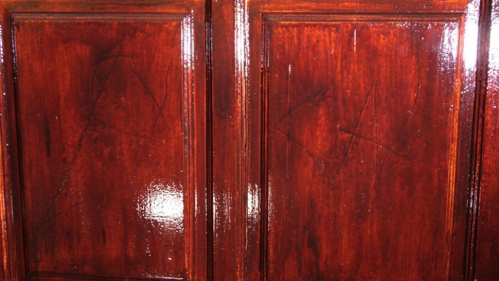 На дверях у свою квартиру жінка показала результат чоловікових погроз.