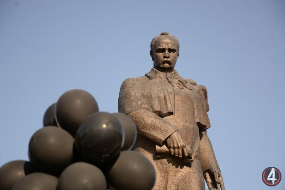 Чорні кульки протестувальників - символізують вуглекислий газ, збільшення якого в атмосфері спричиняєглобальне потепління і хзміни клімату