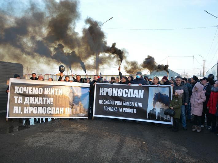 Протестувальники влаштували перфоманс, з акцентом на те к завод може забруднювати повітря