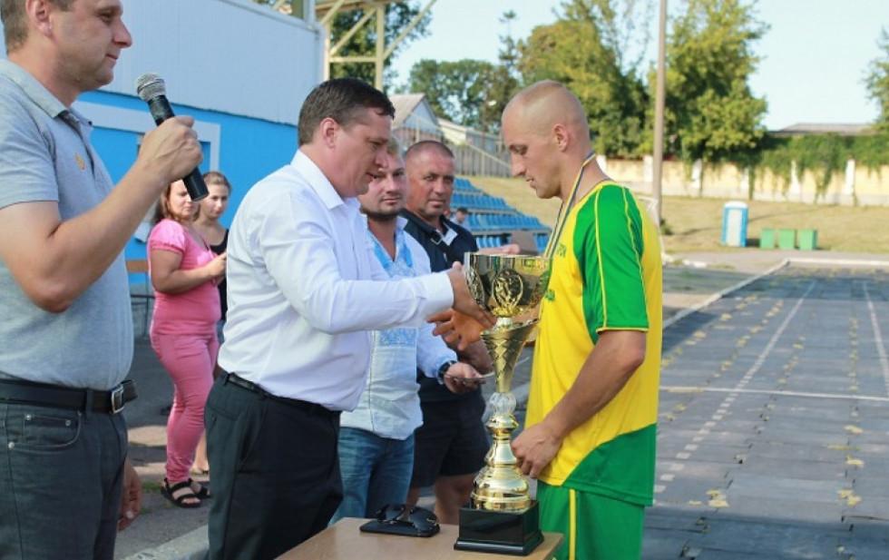 Віталій Петрук отримує нагороди